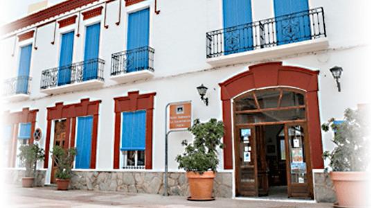 fachada actual rehabilitada de la encarnacion alojamiento y restuarante en los alcazares
