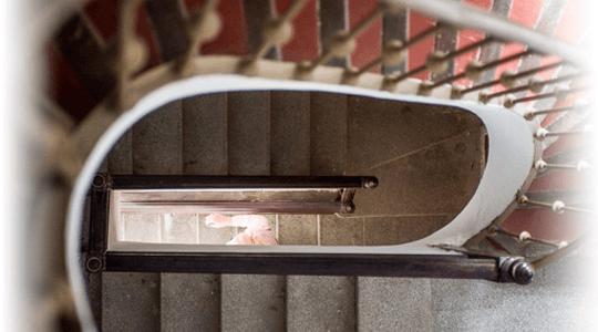 foto detalle escaleras para subir a la encarnacion hotel en los alcazares