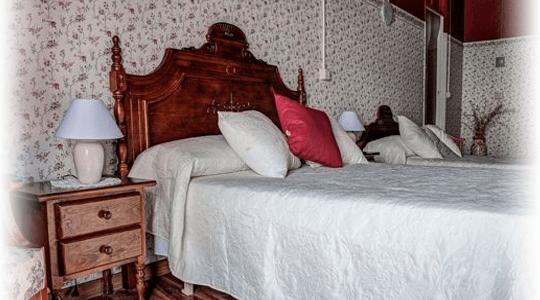 foto detelle interiores vintage habitacion cama de la encarnacion hotel  en los alcazares